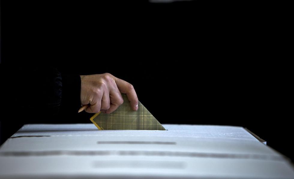 Operazioni di voto in un seggio elettorale a Roma, 24 febbraio 2013. ANSA/MASSIMO PERCOSSI