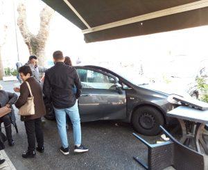 Auto finisce contro i tavolini del bar in via Foce Micina
