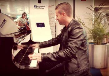 Magico Matthew Lee al piano per i passeggeri