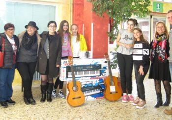 Chitarre e tastiere ai ragazzi della Porto Romano dall'Acis