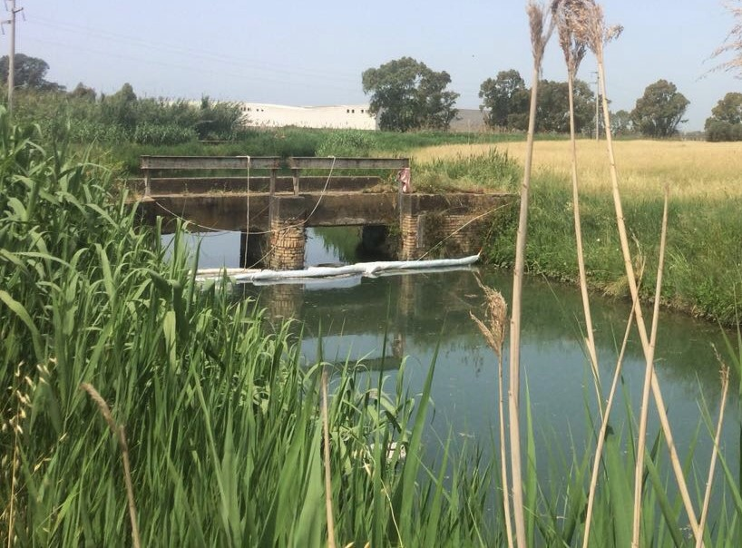 Sversamento kerosene lungo canale Pantano, panne assorbenti in 4 punti